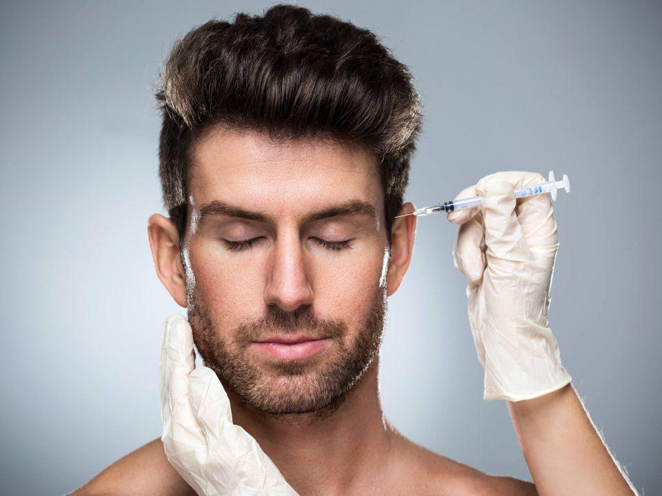 Aplicação de botox na face masculina